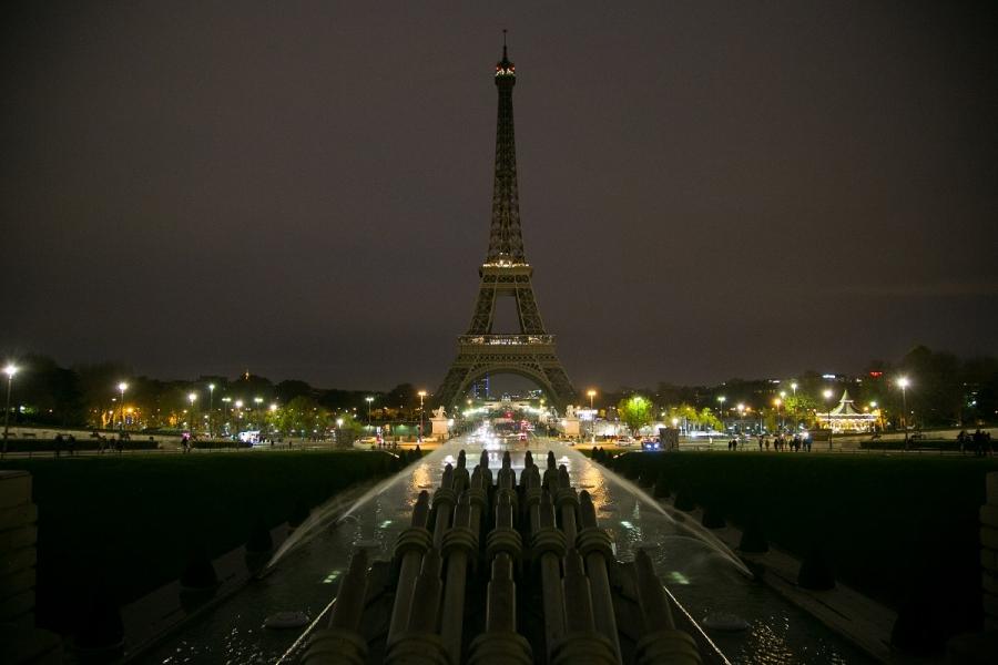 Turnul Eiffel, cu luminile stinse, în memoria victimelor atacului terorist de vineri seara.