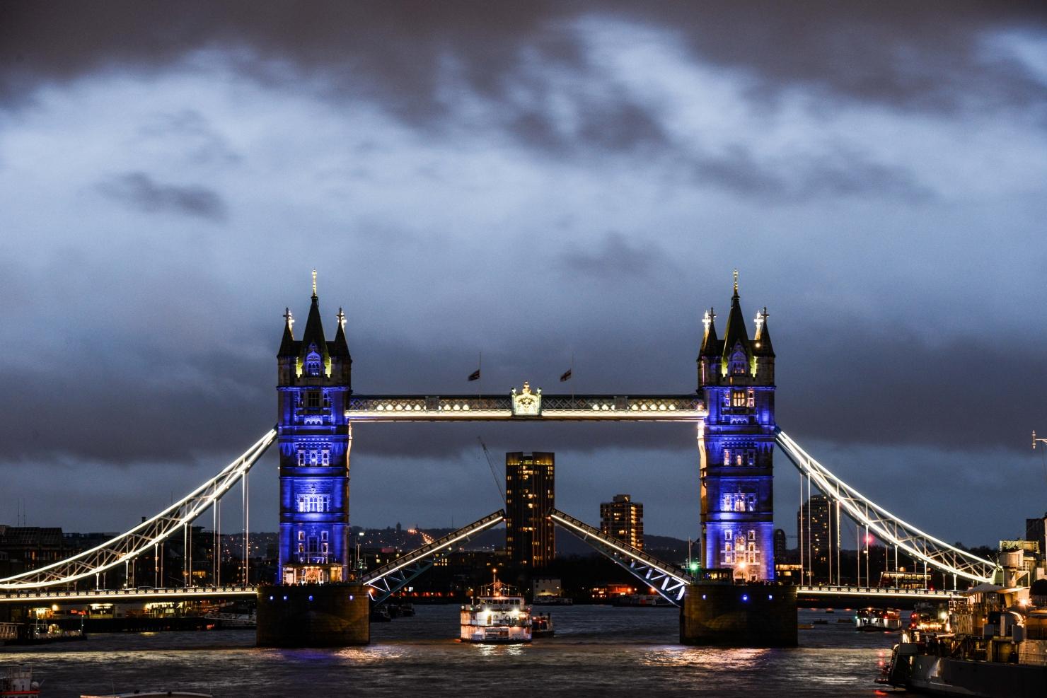 Podul Londrei, iluminat în culorile drapelului francez