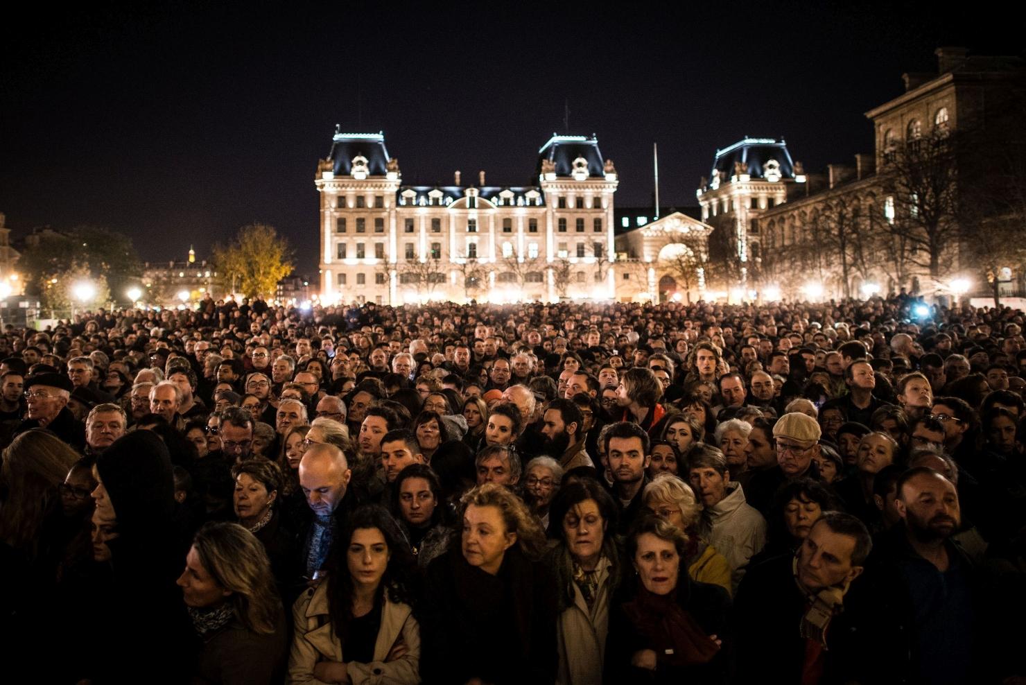 Ceremonie în fața catedralei Notre Dame din Paris
