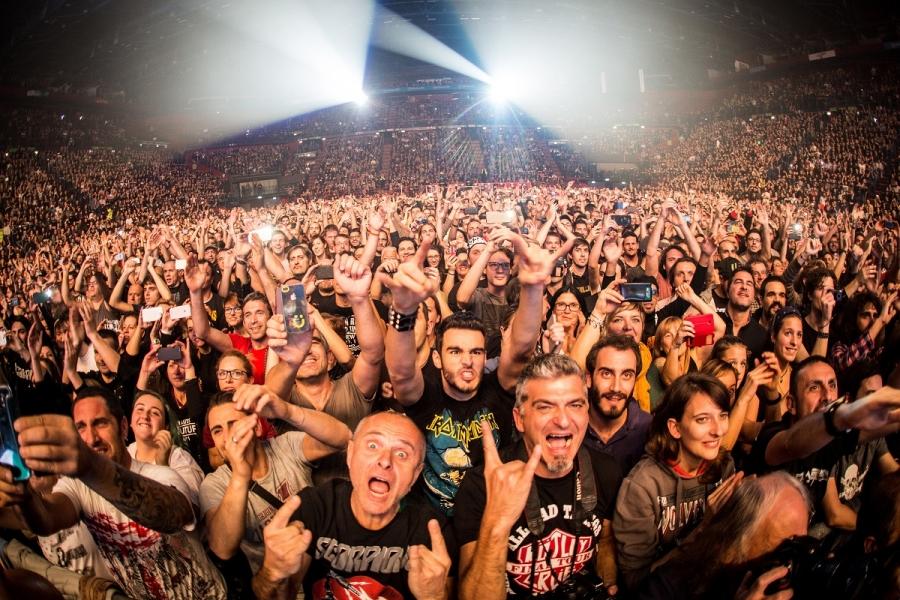 Tineri la un concert rock