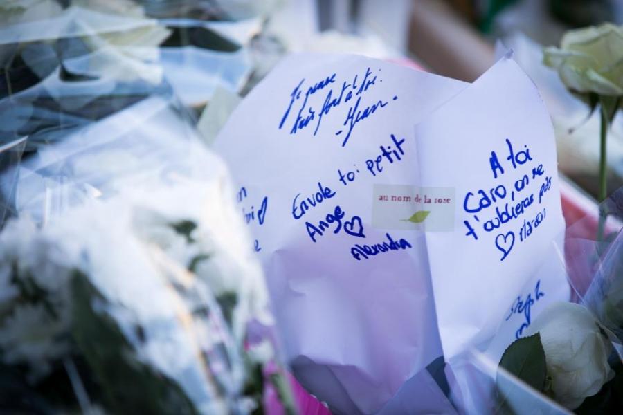 Flori și răvașe în memoria victimelor atacului de la Paris