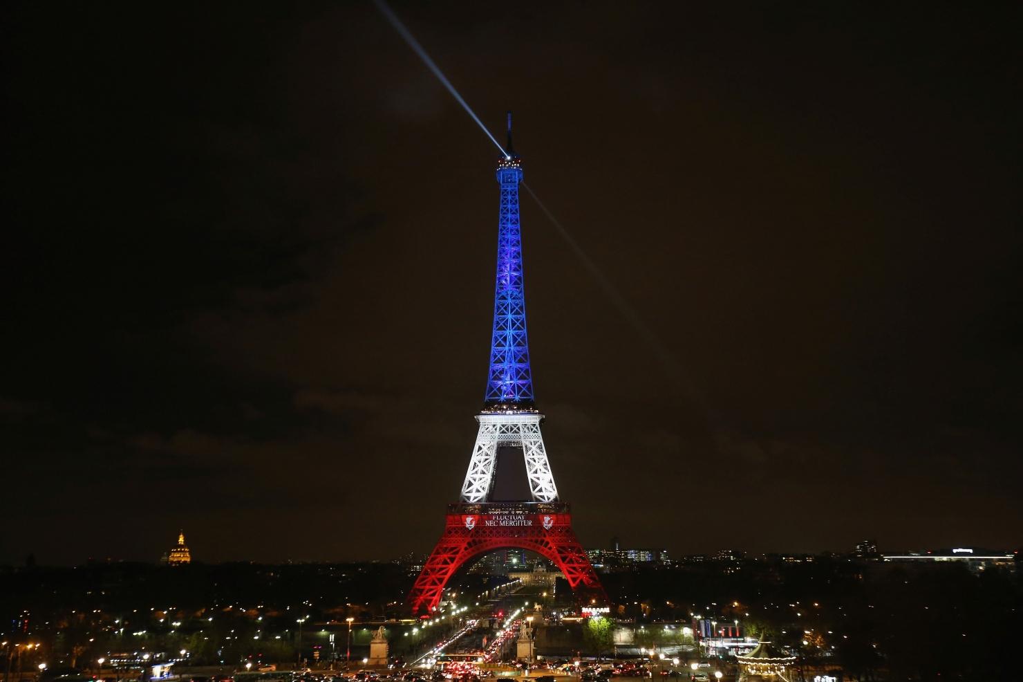 Turnul Eiffel, iluminat în culorile Franței