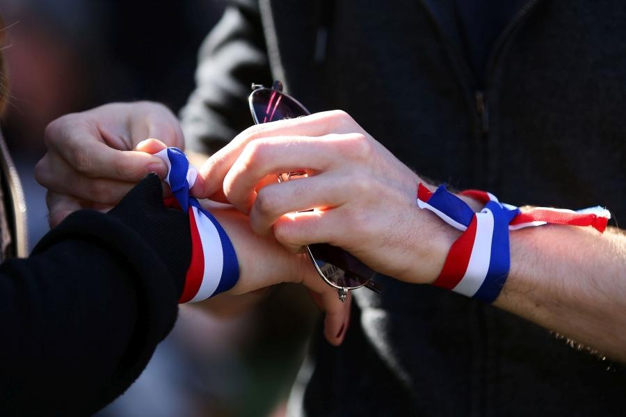 Locuitori din Noua Zeelandă omagiază victimele atentatelor din Paris