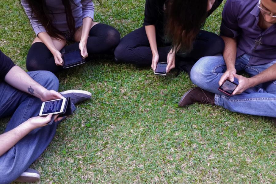 tineri cu tablete si telefoane mobile