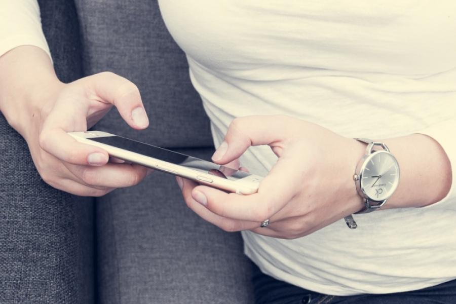 Femeie cu telefon mobil