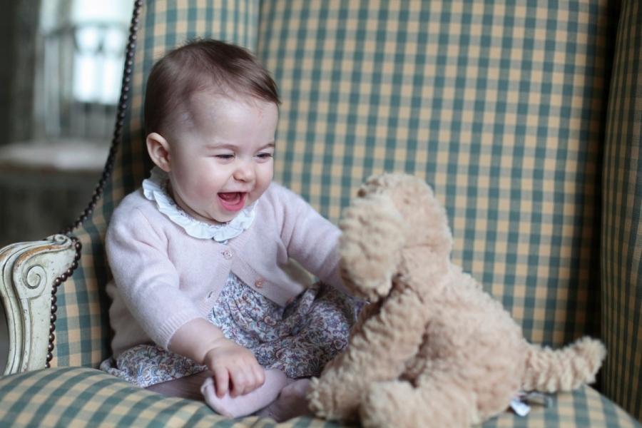 Prințesa Charlotte de Cambridge se joacă cu o jucărie de pluș