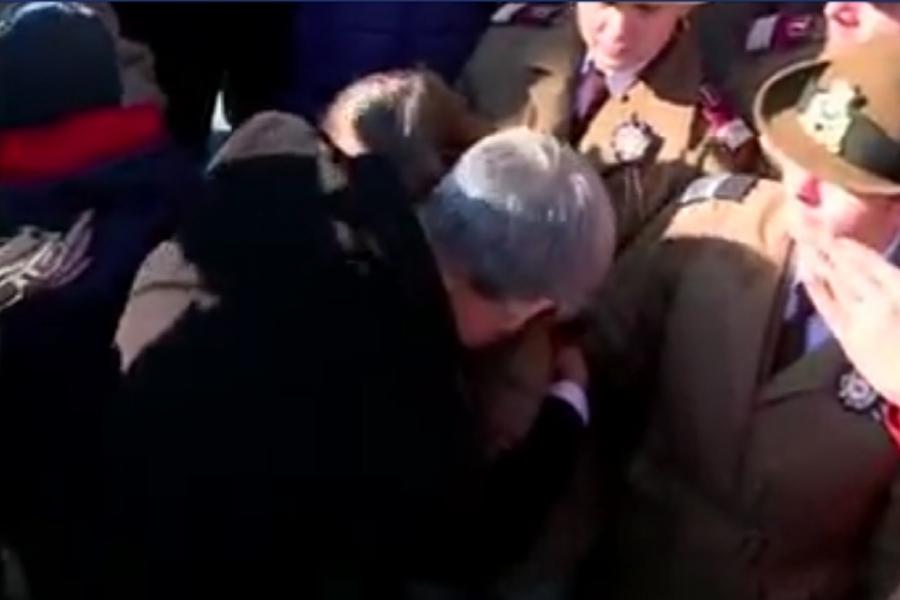 Captură video: premierul Dacian Cioloș îmbrățișează un copil al cărui tată a murit în Afganistan
