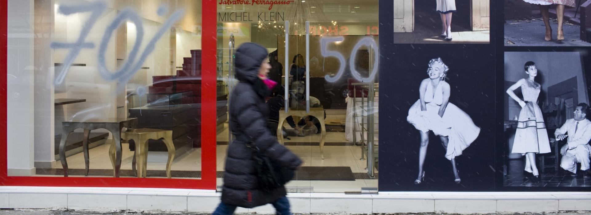 O femeie merge pe lângă un magazin de lux din centrul Bucureștilor