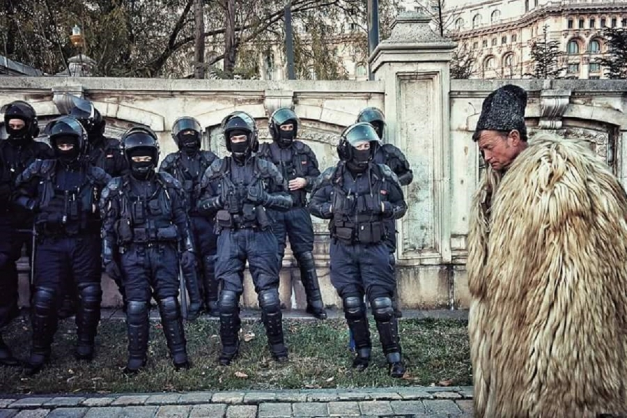 Cioban în fața unui cordon de jandarmi, în fața Parlamentului