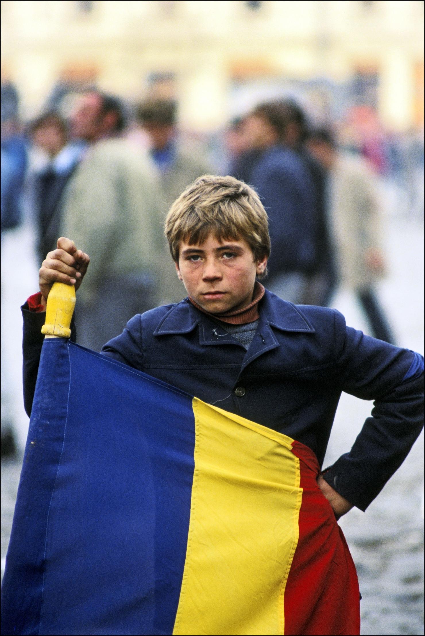 copil infășurat în steag