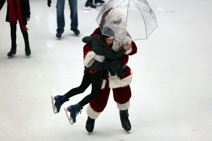 Dansând în ploaie cu Moș Crăciun