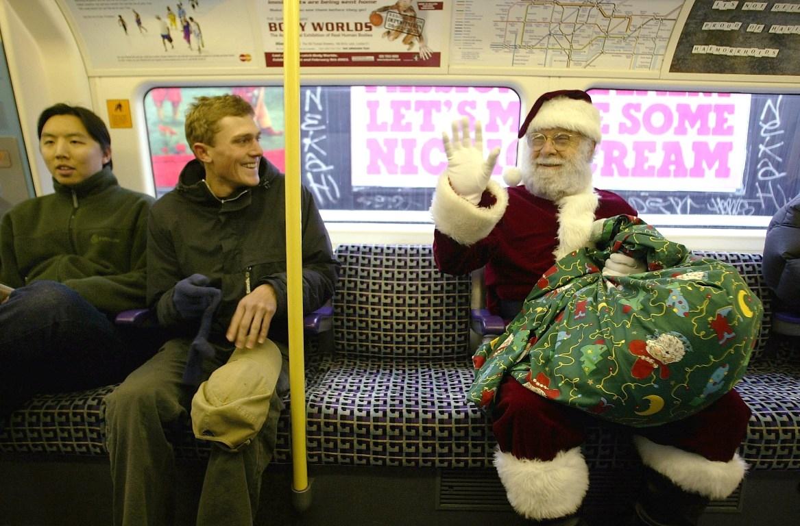Moș Crăciun merge cu metroul