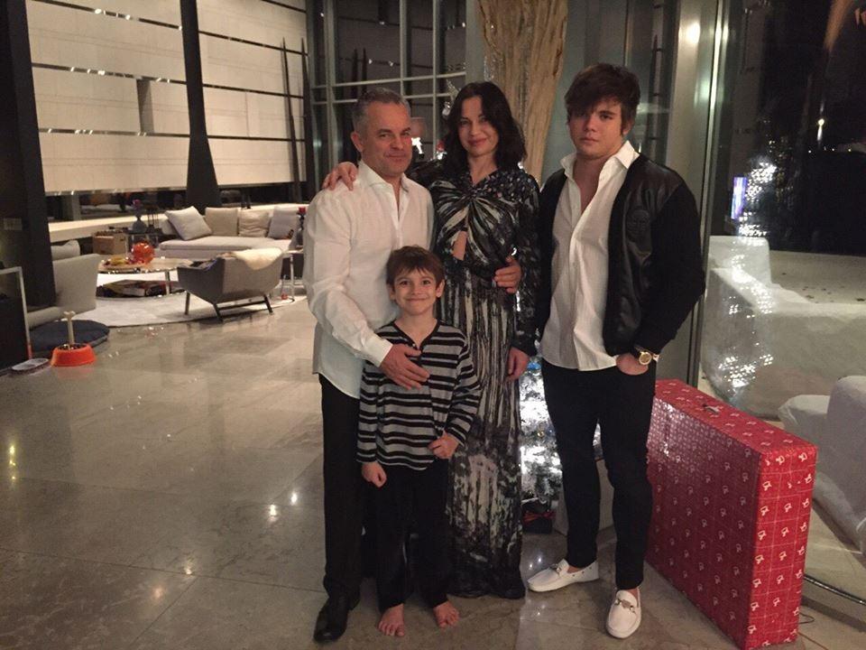 Cu familia