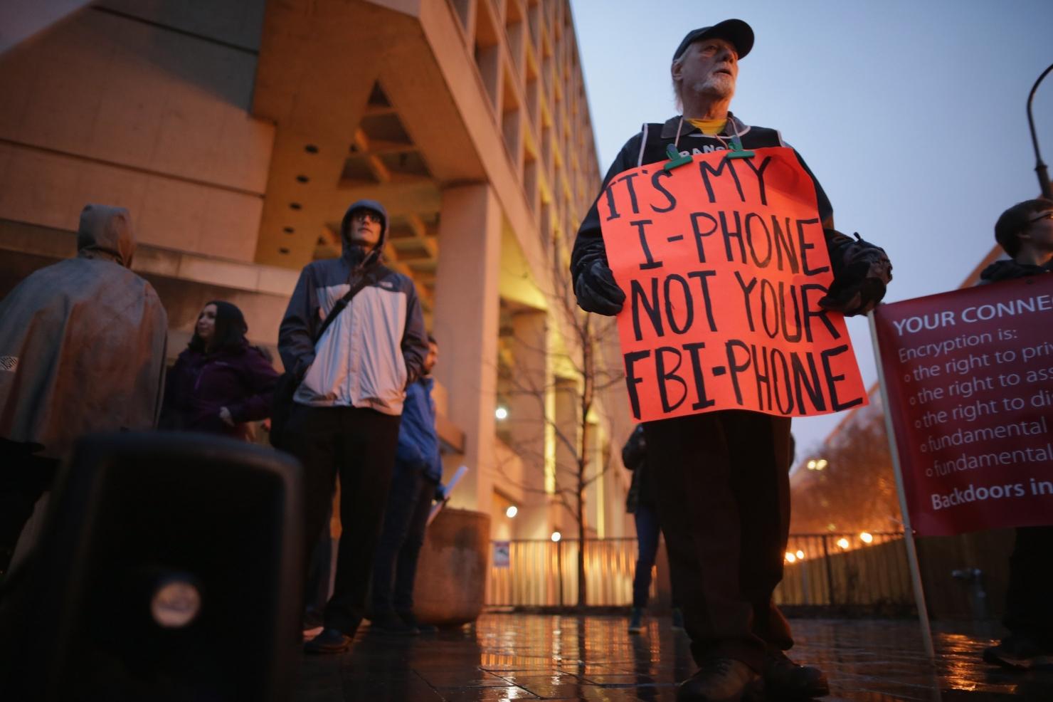 Protest în fața sediului FBI