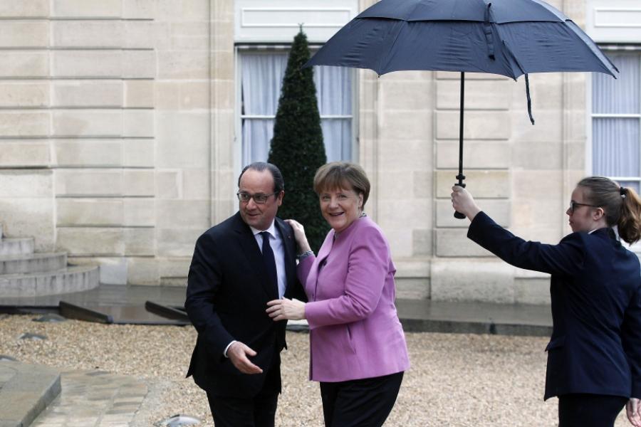 Merkel și Hollande, sub umbrelă