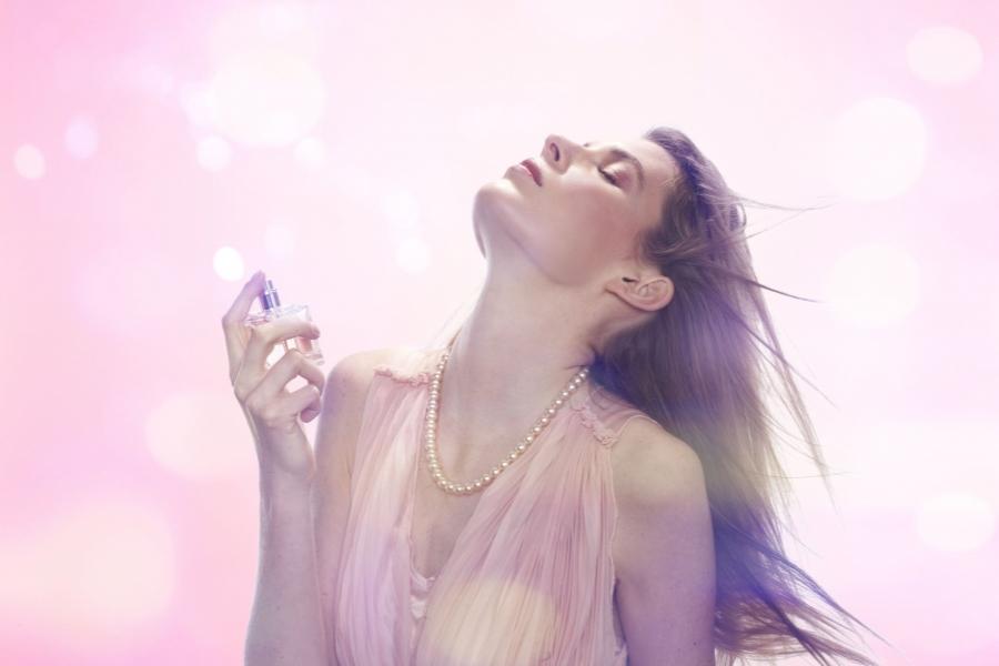 femeie cu parfum