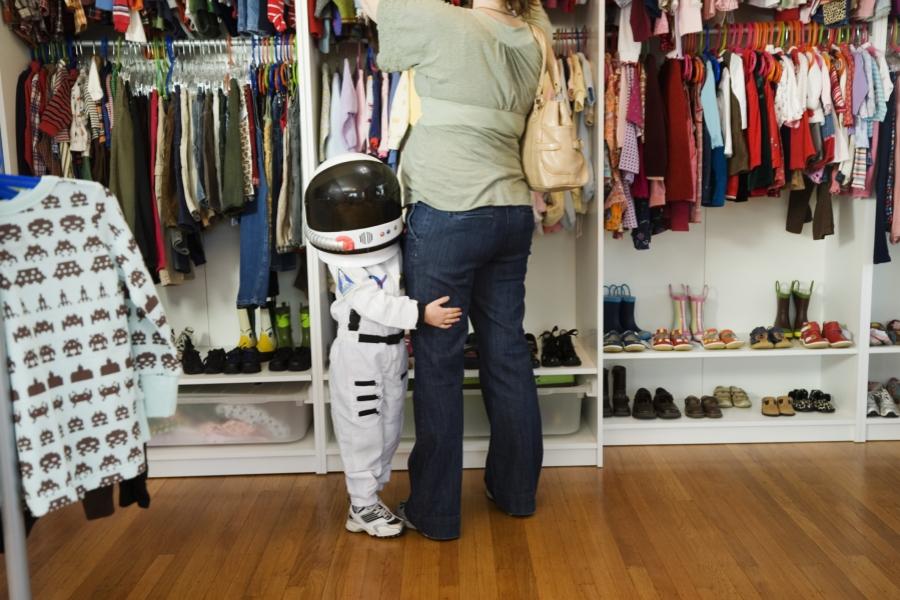Copil îmbrăcat în astronaut