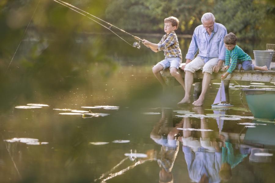 Bunic cu nepoții la pescuit