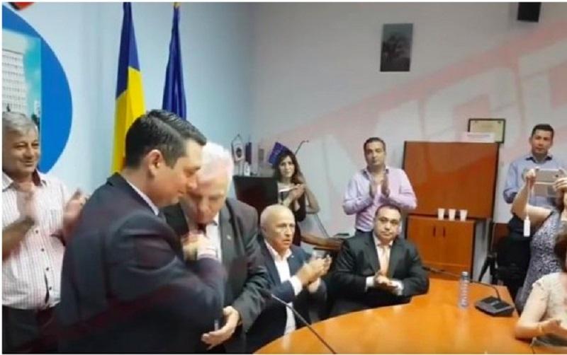 Fostul subprefect de Prahova Alexandru Banica, fotografiat, în timp ce săruta mâna noului șef al CJ Prahova