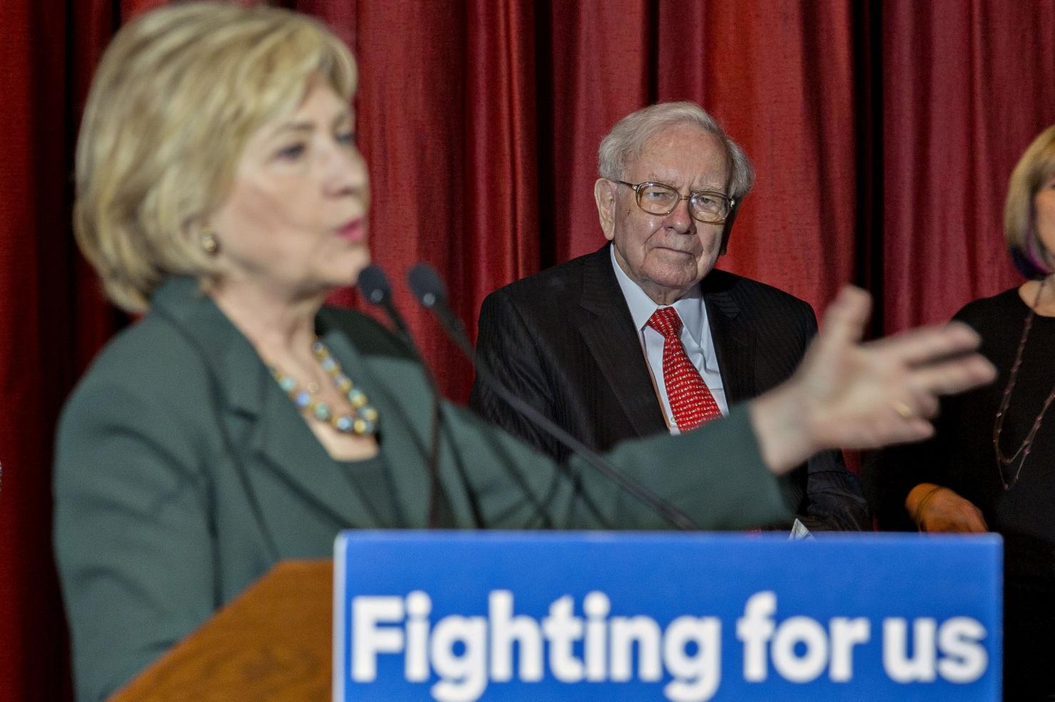 Miliardarul Buffett și-a făcut publice taxele pe care le plătește. Șah la Trump