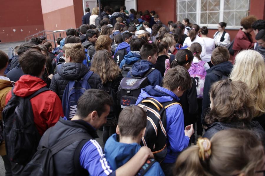 Elevi în curtea școlii