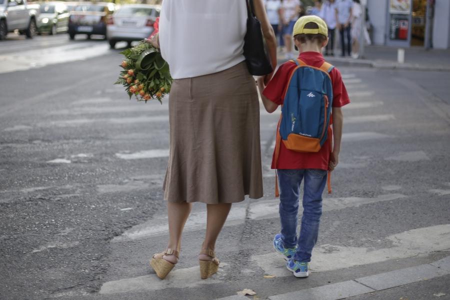 Copil împreună cu mama sa