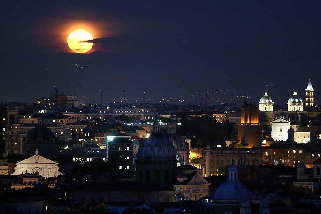 Superluna deasupra Italiei
