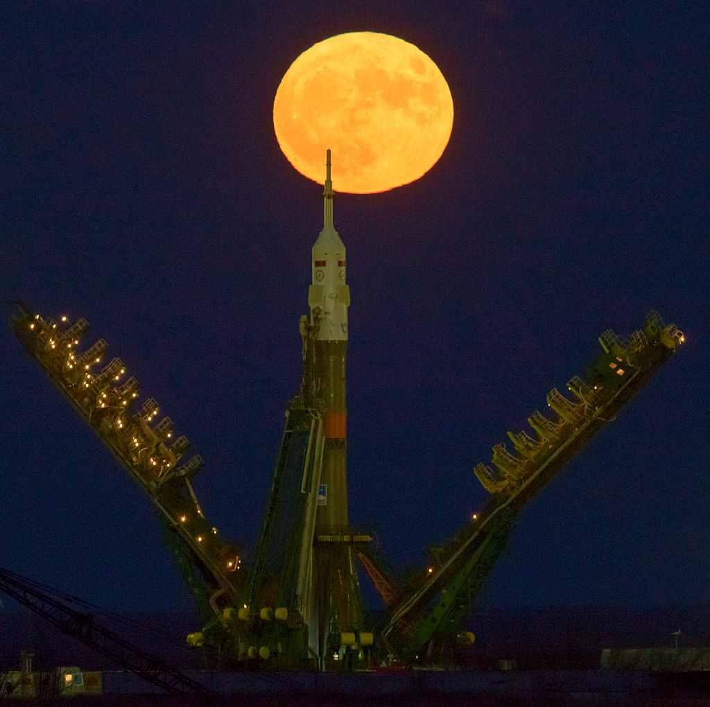 Superluna deasupra unei rachete