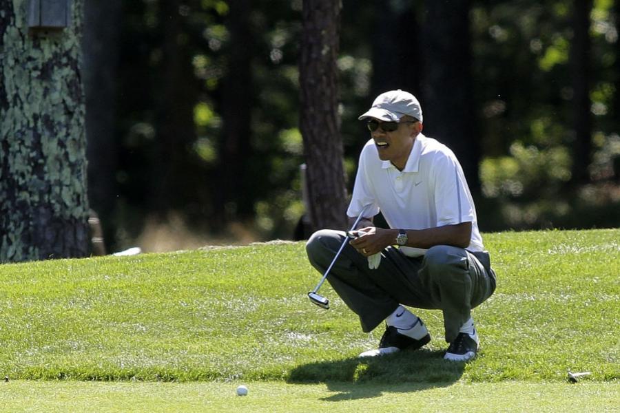 Barack Obama jucând golf