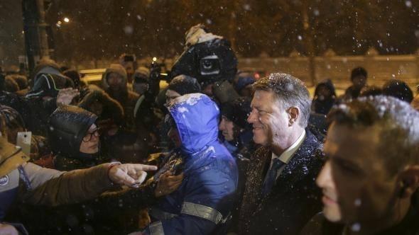 Iohannis in fata protestatarilor