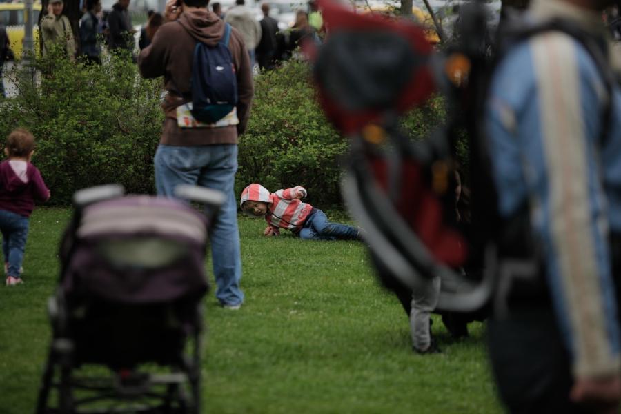 Copii pe iarbă