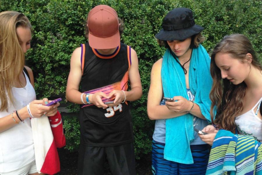adolescenți cu telefoane