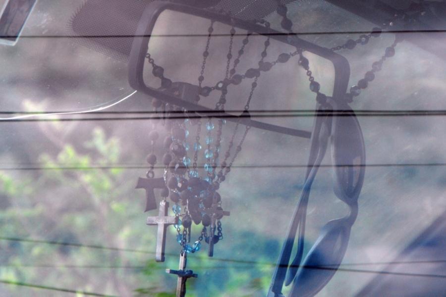 Cruciulițe în oglinda retrovizoare