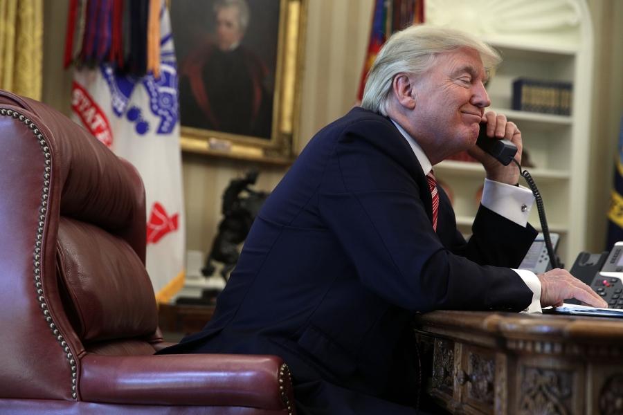 Donald Trump la telefon