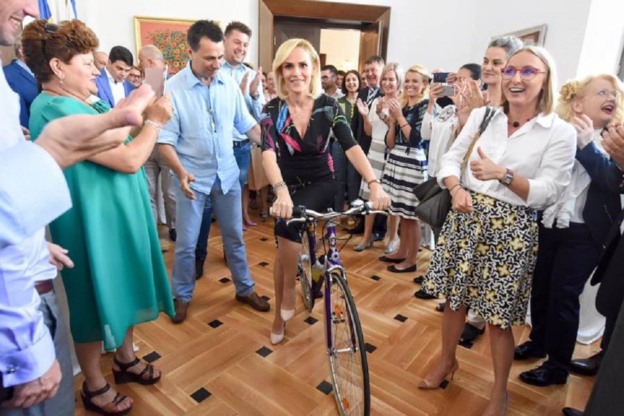 Gabriela Firea cu bicicleta