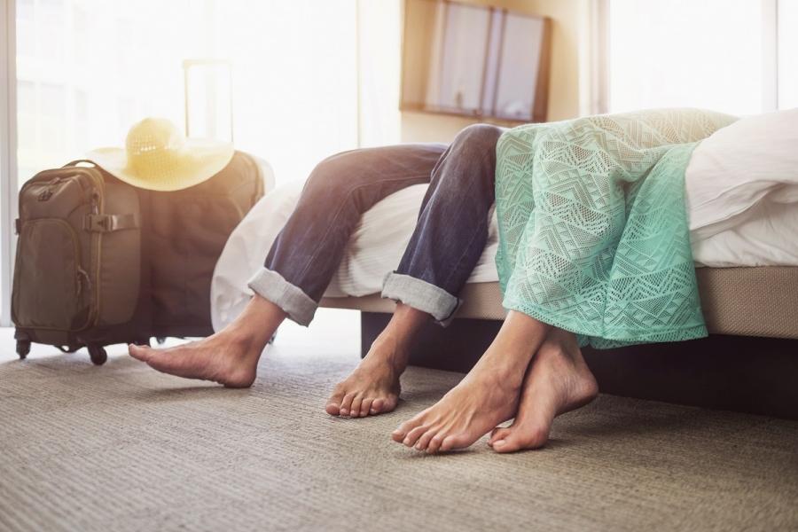 Cuplu în cameră de hotel