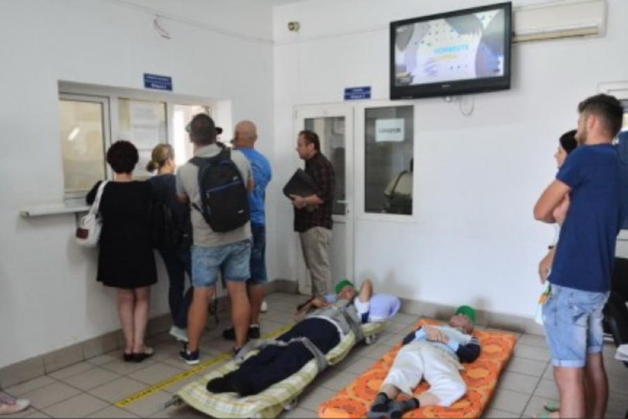 Bolnavi pe targă la Casa de Asigurări Bihor