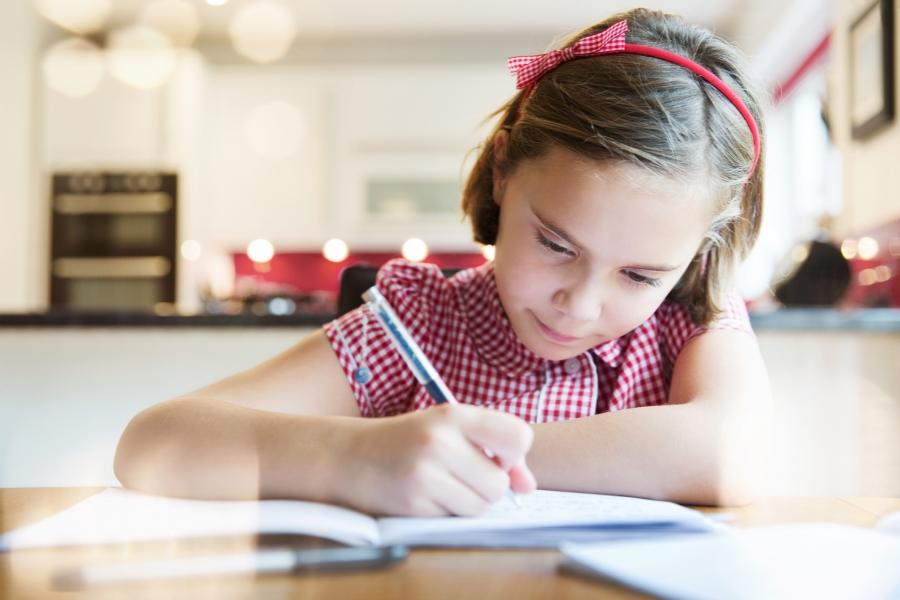 Fetiță făcându-și tema