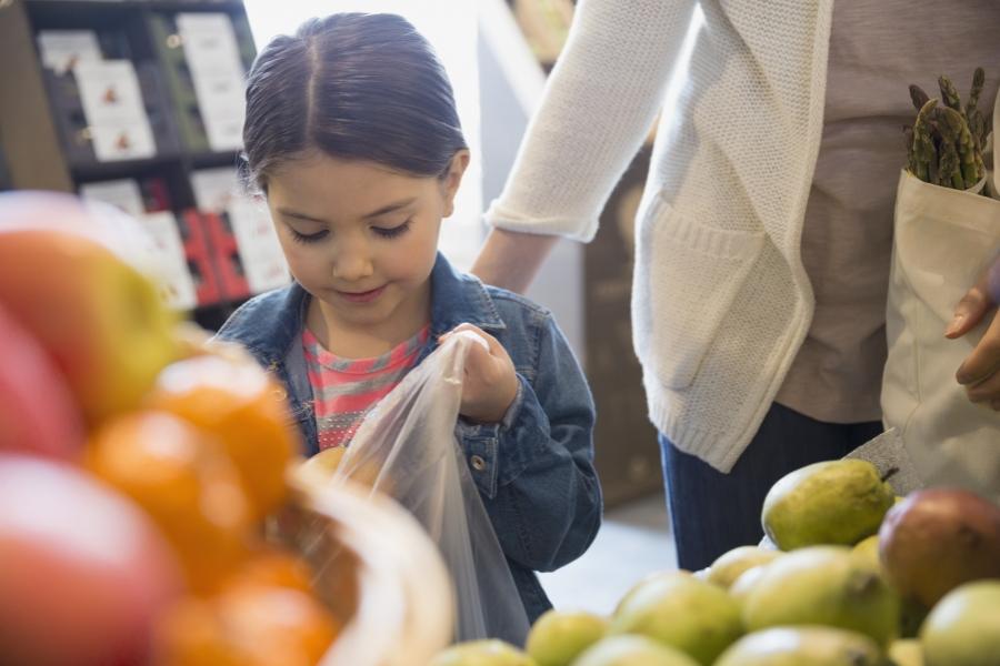 Fetiță la supermarket