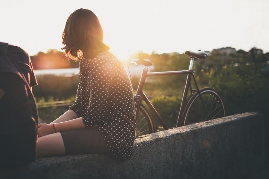 Femeie cu bicicletă