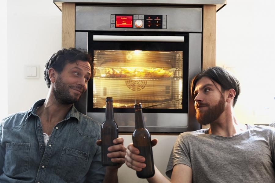Bărbați bând bere