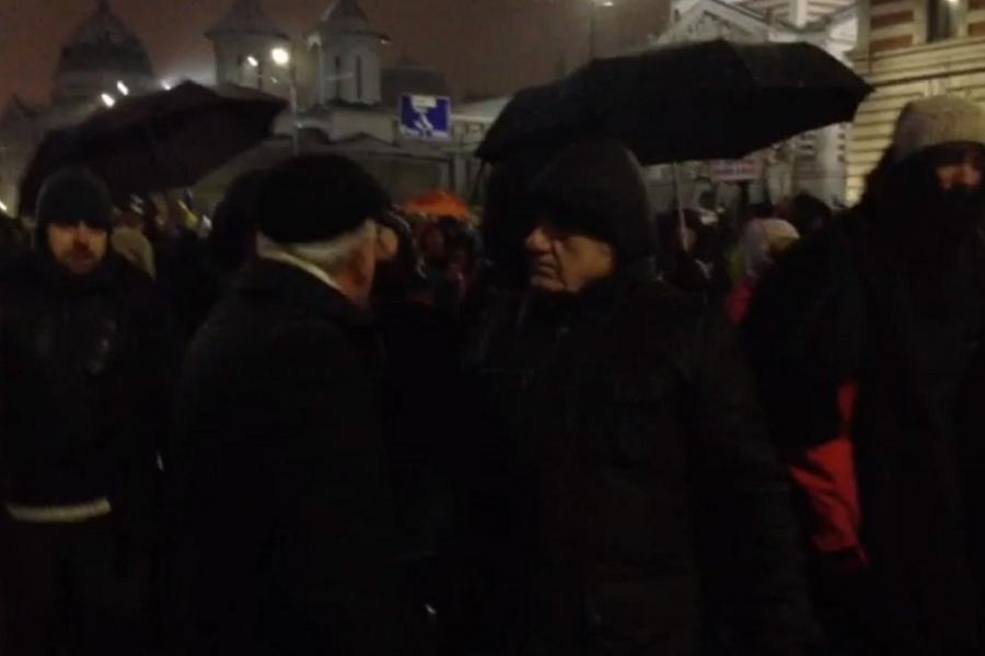Doi bătrâni la protest