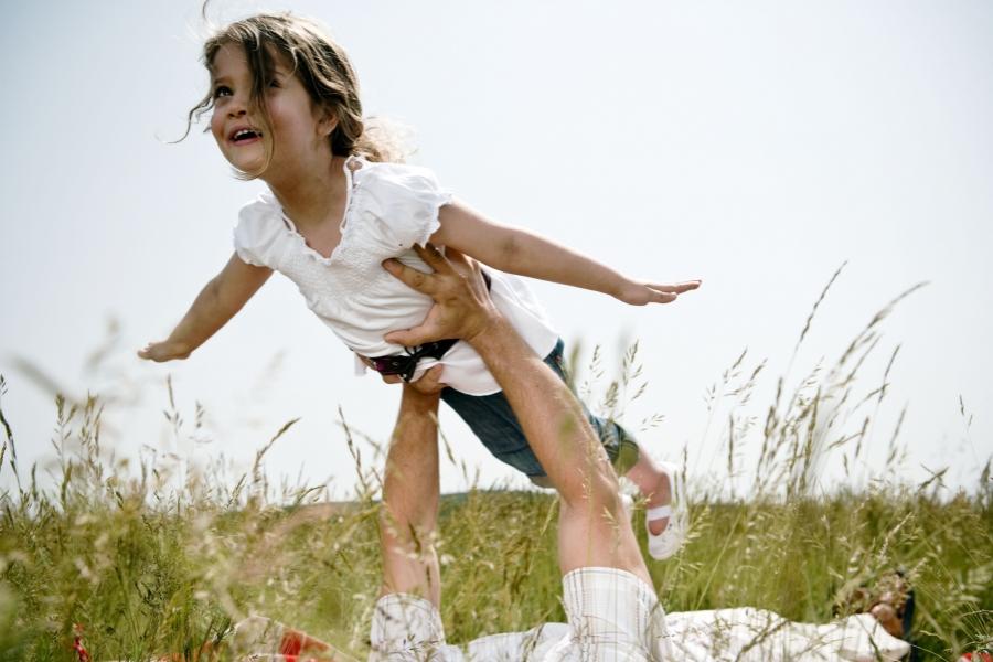 Fetiță jucându-se