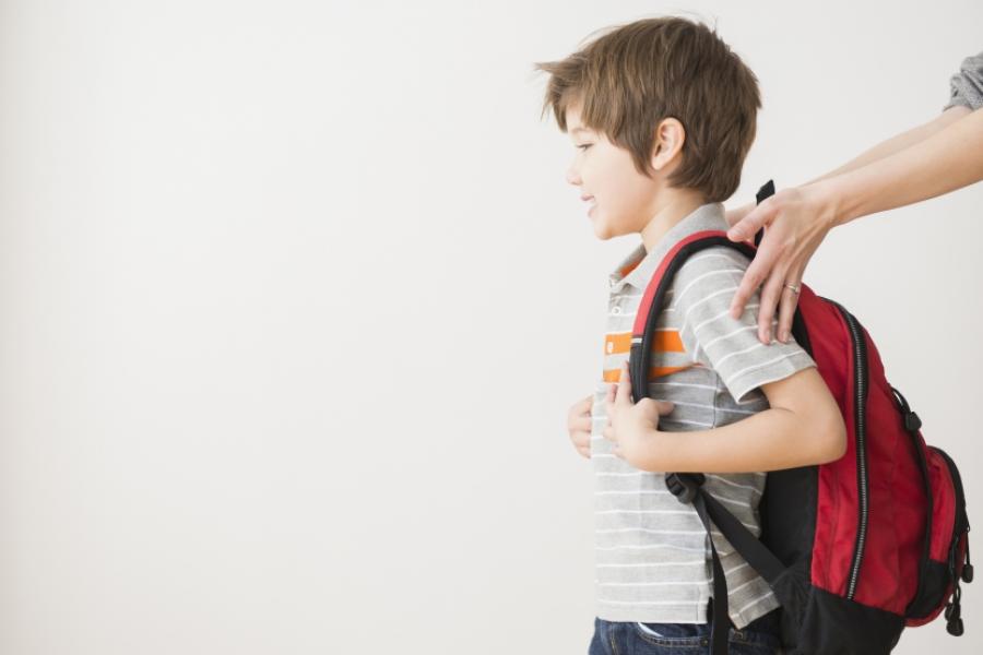 Băiat cu ghiozdan în spate