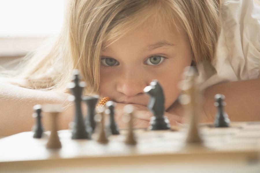 Copil jucând șah