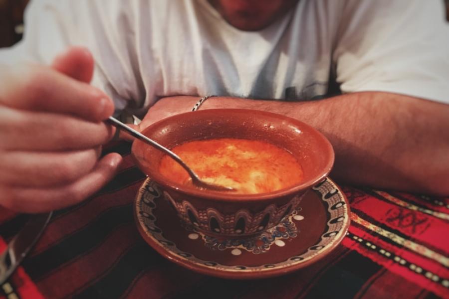 Bărbat mâncând supă