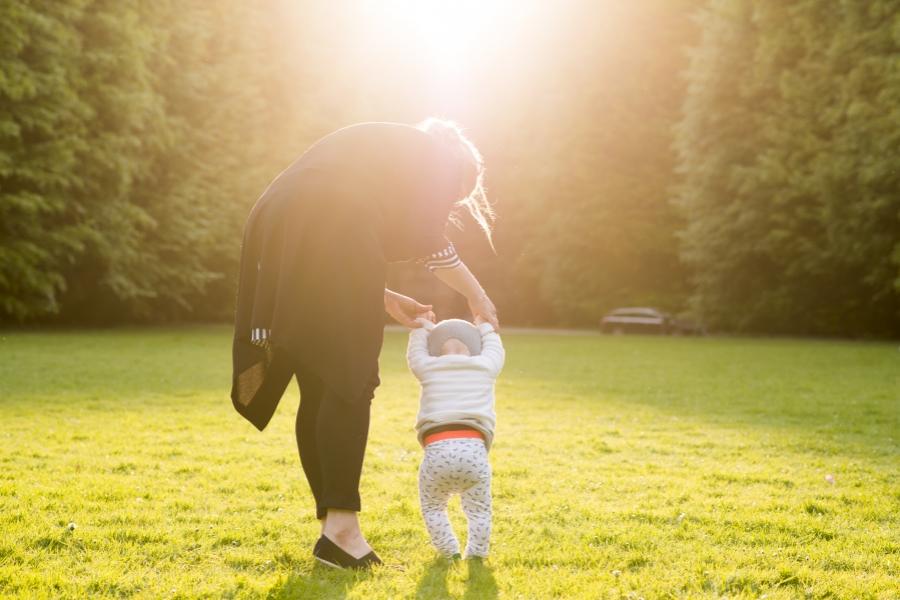 mama cu copil in parc