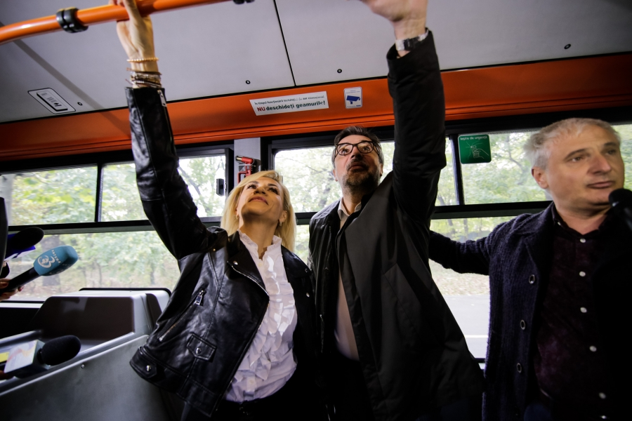 Gabriela Firea în autobuz