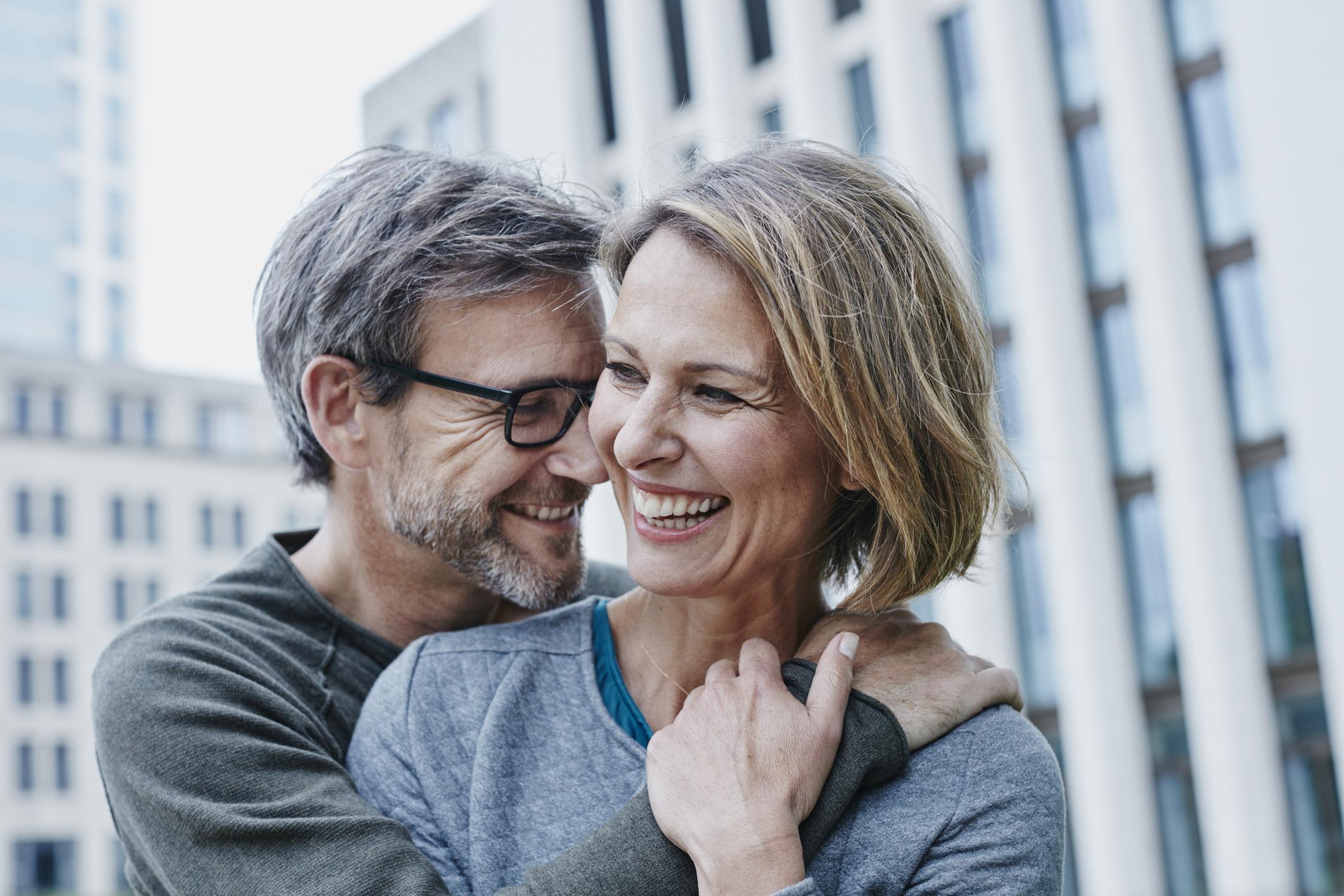 Ai o relație cu un bărbat mai tânăr decât tine? Iată la ce riscuri te expui - BRAVO net