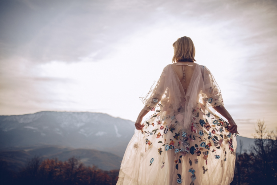 femeie in natura